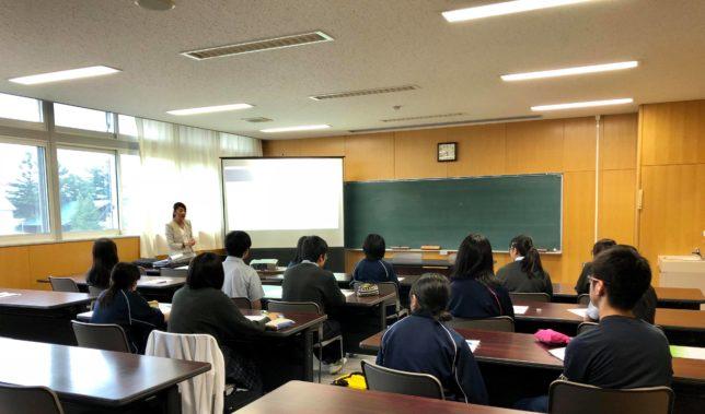 富良野高等学校での 「外国人おもてなし接客セミナー」の様子